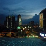 Vista del atardecer en Bangkok desde la piscina