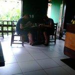 Mesas para os hóspedes tomarem o café
