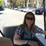 Eu em minha cadeira de rodas dentro do carrinho de visitas que circula pelos Studios da Warner.