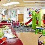 Babyclub-Lounge mit Rutsche und Zugang zum Babygarten