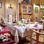 Tisch im Restaurant gedeckt für Familie mit Baby und Kleinkind