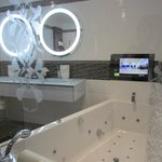 Superbe salle de bains avec télé incrusté face à la baignoire