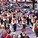festa al centro del Paese di fronte H. Dolomiti