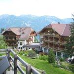 Blick vom Naturbadeteich zum Hotel