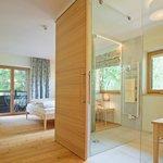 Offenes Badezimmer im Doppelzimmer »Zirbe«
