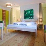 Doppelbett in der Zirbe-Suite »Apfelgarten«