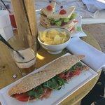 Sandwich jambon cru et club sandwich sur les transats