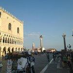 existem duas grandes colunas com os símbolos de São Marcos.