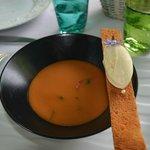 soupe glacée à la tomate avec gelé de citronnelle et glace à la moutarde