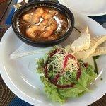 Prato delicioso com camarão e molho de especiarias nativas