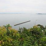 美術館までの、敷地内の小道から見下ろす瀬戸内海