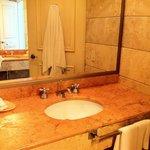 El baño tiene 2 lavabos