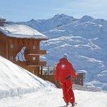 Arrivez à l'hôtel skis aux pieds