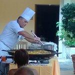 de kok live paella maken bij het zwembad