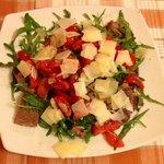 Tagliata di carne con rucola pomodorini e scaglie...