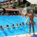 Катя и гимнастика у бассейна