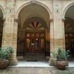 entrata del teatro attraverso il chiostro del Palazzo dei Giganti