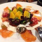 Ensalda de salmon,naranja,tomate y salsa de yogur