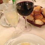 """Espumante de cortesia, vinho argentino e """"cubierto"""" para abrir o apetite!"""