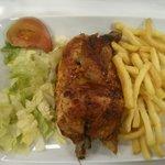 El famoso pollo, medio animalito con guarnición por 8€, de lo más barato de la carta