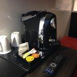 Kaffeemaschine mit freiem Kaffee auf jedem Zimmer