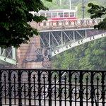 Ponte Cechuv  construída em 1908 e o detalhe da Hidra de múltiplas cabeças