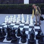 Área recreativa com tabuleiro de xadrez.