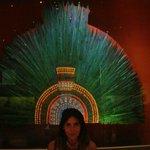 Con la corona de Moctezuma