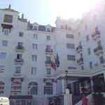 Fachada del hotel el día que España jugo contra Chile