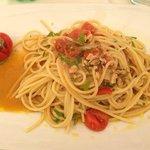 Gli spaghetti con alici, pomodorini e noci