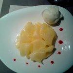 Carpaccio d'ananas et sa boule de glace