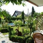 Aussicht von der Terrasse in den Garten