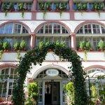 Hoteleingang im Gartenrestaurant