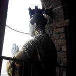 Статуя у окна
