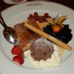 Warmes Apfel-Buchweizenküchlein mit Mandeln, Blaubeerkompott, Vanille-Honigsauce und Schokoladen