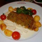Gebratenes Rotbarschfilet mit Schalotten-Kräuterkruste auf Rahmkohlrabi mit Kirschtomaten ...