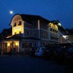 Vista dell'hotel di sera