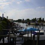 önünde bulunan  liman