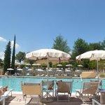 ombrelloni e sedie a sdraio lungo i bordi della piscina