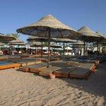 Общественный пляж (рядом)