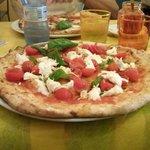 pizza bufala e pomodorini