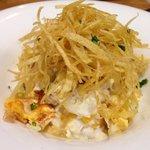 Huevos escalfaos con bacalao y patatas paja