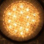 Um dos lustres do Bauer, feito de cristal de Murano,