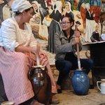 Xiawen, Chinoise, participe a la fabrication du beurre !