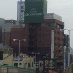 Это рядом с станции угуйсудани пешком 3-4 мин от гостиницы hotel Sherwood