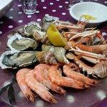 Assiette de fruits de mer avec son pain grillé maison et sa mayonnaise maison