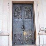 重い鉄の扉は高さは人の倍くらい。