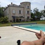 La bâtisse et la piscine