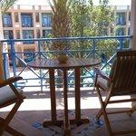 Balkon mit Sitzbänken, Stühlen, Tisch