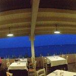 Visuale di sera dal ristorante Mobi Dick che dà sulla spiaggia